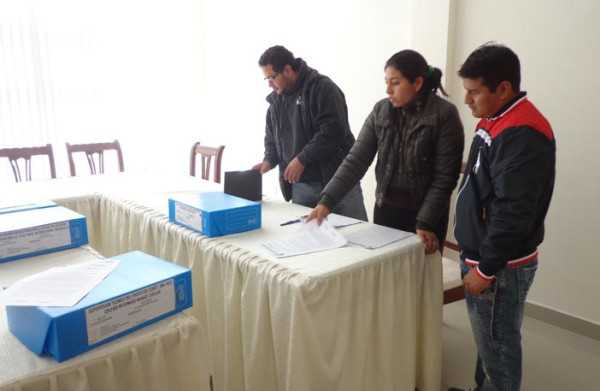 Magaly Rueda, junto al ingeniero Reinaldo Junior Rivero revisando carpetas de la anterior gestión. (Foto: El Chaqueño)