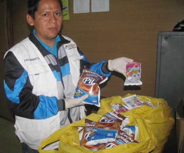 El responsable de Odeco muestra los productos decomisados. (Foto: El Chaqueño)