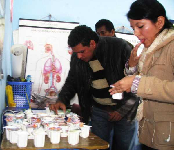 Encargados del desayuno escolar comprobaron los yogures en mal estado. (Foto: El Chaqueño)
