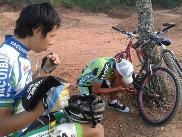 Ciclistas preparándose para el entrenamiento. (Foto: El Chaqueño)