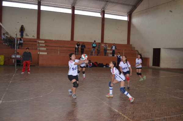 Momentos del compromiso de los pluris en la disciplina de voleibol. (Foto: El Chaqueño)