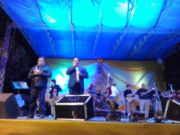 El alcalde Ramiro Vallejos dando su mensaje en la serenata. (Foto: WhatsApp)