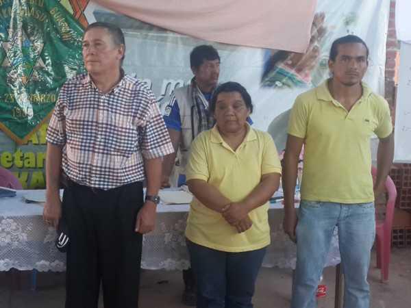 Los tres asambleistas al momento de recibir sus credenciales. (Foto: Agencias)