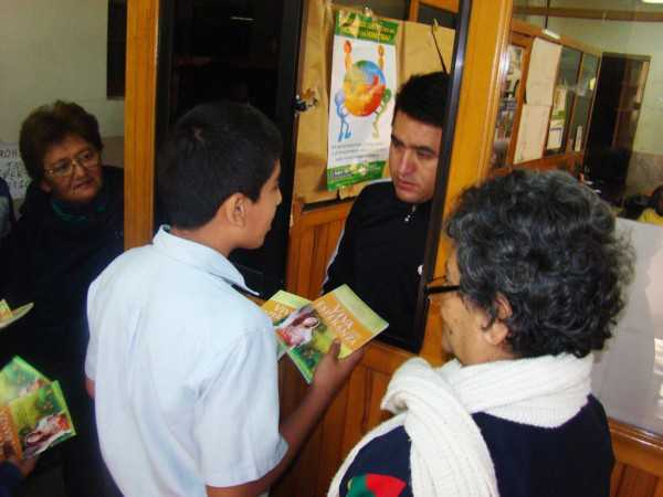 Estudiantes del Colegio Espaady entregando ejemplar a funcionarios del Gobierno Municipal de Yacuiba. (Foto: El Chaqueño)