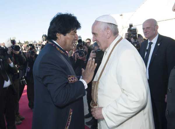 El Papa Francisco fue recibido por el presidente Morales. (Foto: ABI)
