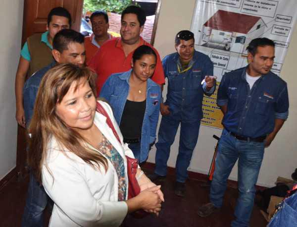 La nueva gerente inspeccionando las instalaciones de la empresa en Villa Montes. (Foto: El Chaqueño)