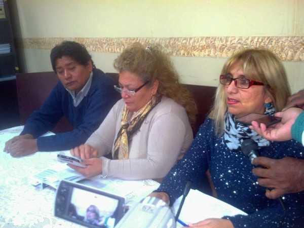 Concejales y asesora legal explican con documentos el sobre precio de computadoras. (Foto: El Chaqueño)