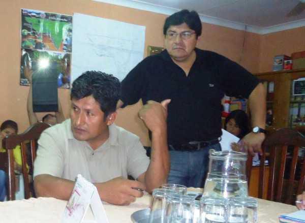 De pie el Concejal Jorge Torrez escuchando el tema de los asentamientos. (Foto: El Chaqueño)