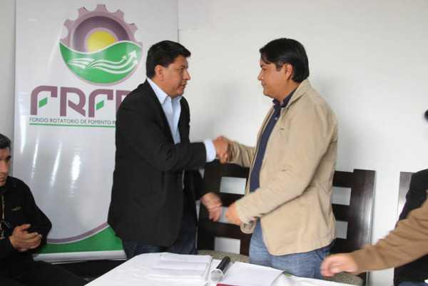 José Quecaña felicita al nuevo director del FRFPR Diego Flores. (Foto: El Chaqueño)