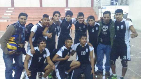 integrantes del equipo campeón de la disciplina del Voleybol. (Foto: El Chaqueño)