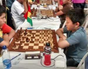 Jhoan Mollo durante la partida contra el norteamericano Christopher Sheng. (Foto: El Chaqueño)