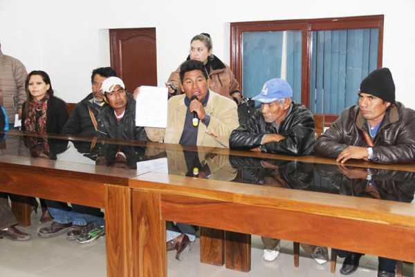 Antonio Tato, representante de las comunidades muestra el voto resolutivo. (Foto: El Chaqueño)