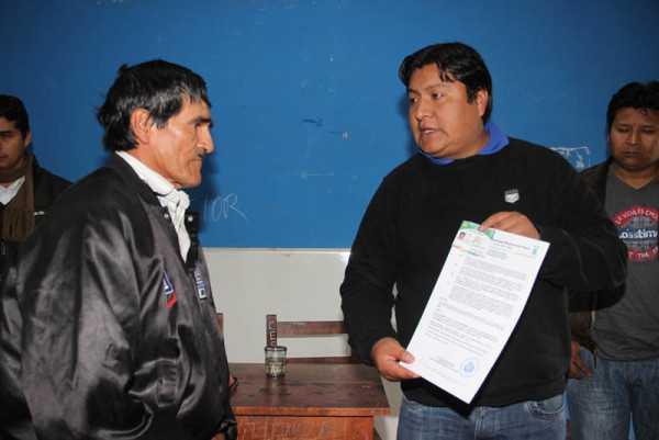 El ejecutivo entrega las credenciales a las nuevas autoridades. (Foto: El Chaqueño)