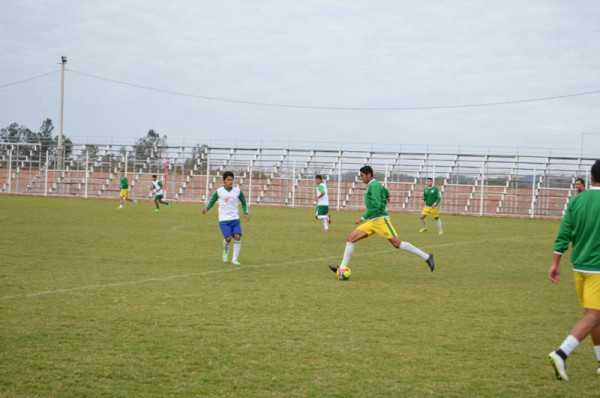 Momentos del entrenamiento del plantel titular y el juvenil. (Foto: El Chaqueño)