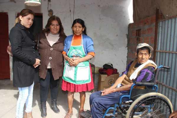 La familia beneficiada, junto a la concejal y la esposa del ejecutivo seccional. (Foto: El Chaqueño)