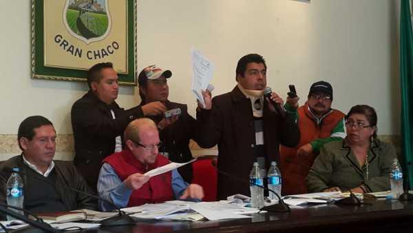 Conferencia de prensa del Gobernado junto a autoridades de UD-A. (Foto: elchacoinforma.com)