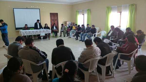 Reunión de los docentes y autoridades municipales para elaborar el POA 2016. (Foto: El Chaqueño)
