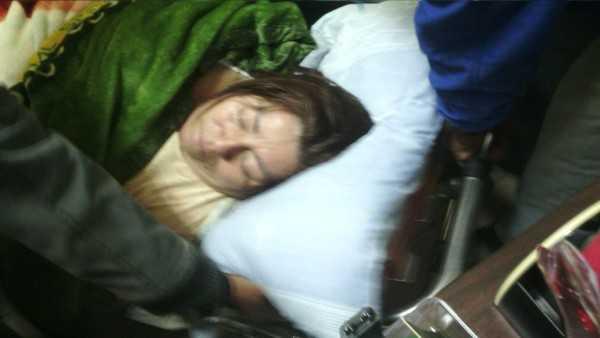 Instantes en el que María Reneé Barrios era sacada en camilla. (Foto: El Chaqueño)