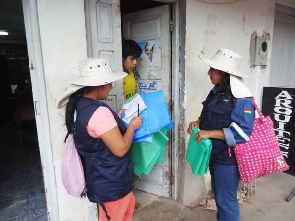 Trabajadoras de GIGEMA capacitando a los vercinos de la zona central. (Foto: El Chaqueño)