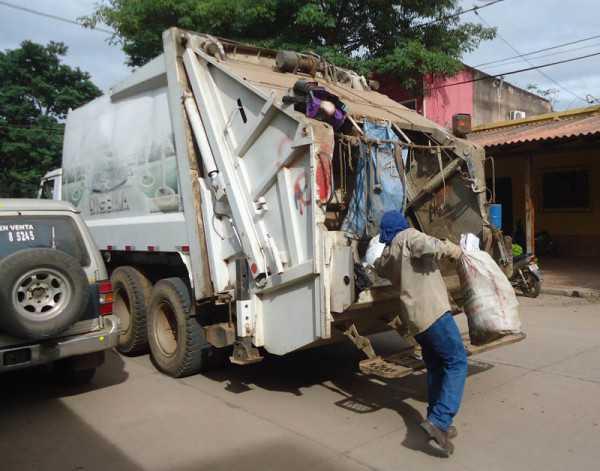 Trabajadores de DIGEMA realizando el recojo. (Foto: El Chaqueño)
