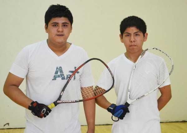 Representantes del colegio Estenssoro, Cristian Murillo y Serio Gallardo. (Foto: El Chaqueño)