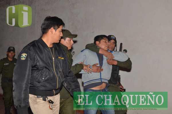 Momentos en que efectivos del orden arrestaban a uno de los manifestantes. (Foto: El Chaqueño)
