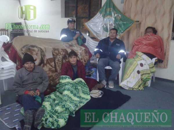 Las cinco personas que ingresaron en huelga de hambre. (Foto: El Chaqueño)