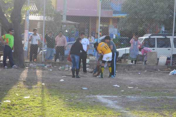 Instantes en los que sacaban a Yafar Cavero del campo de juego. (Foto: El Chaqueño)