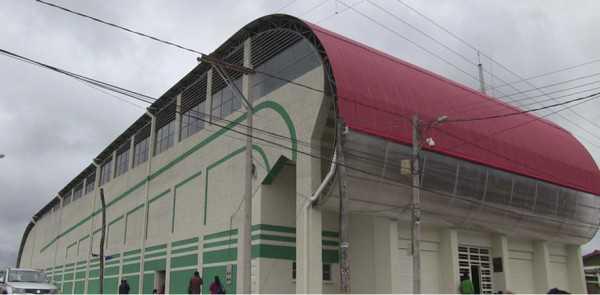 Inauguración de cancha con césped sintético en Caraparí. (Foto: El Chaqueño)