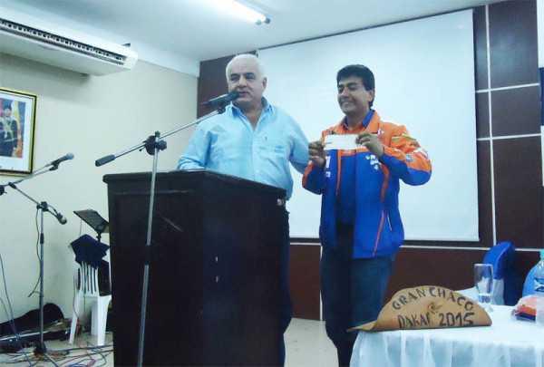 Fabricio Fuentes recibiendo  de manos de Juan José Sosa el cheque por 30.000 $us. (Foto: El Chaqueño)