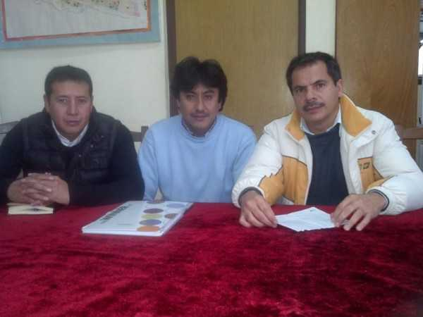 El director del SEDES, Paul Castellanos junto a personal administrativo de la Red de Salud de Yacuiba. (Foto: El Chaqueño)
