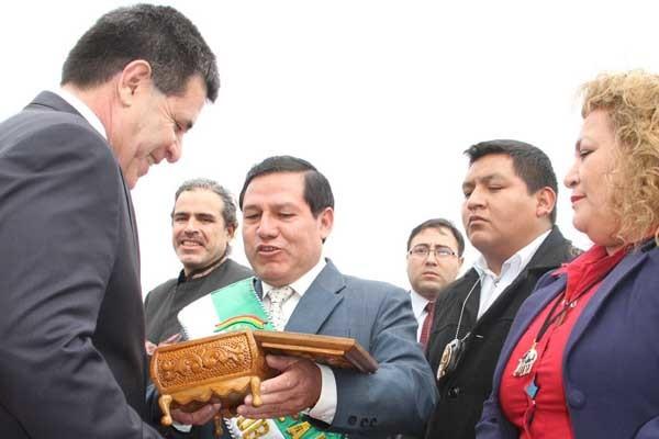 El alcalde entrega el reconocimiento al mandatario paraguayo. (Foto: El Chaqueño)