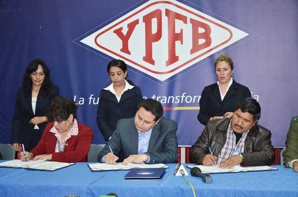 Autoridades de Aduana, YPFB y Defensa Social en la firma del convenio. (Foto: ABI)