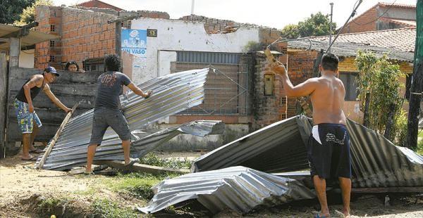 Incidente con suerte la casa de la señora Anita quedó sin techo y necesita colaboración. (Foto: El Deber)