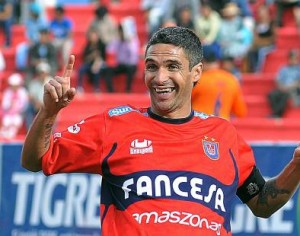 Martín Palavicini anotó dos goles y recibió la cartulina roja. (Foto: eju.tv)