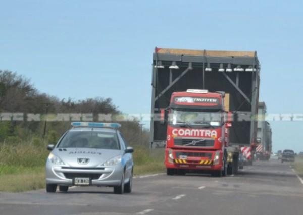 Transporte de gran porte por rutas chaqueñas llevando piezas pesadas del Gasoducto del NEA. (Foto: diarionorte.com)