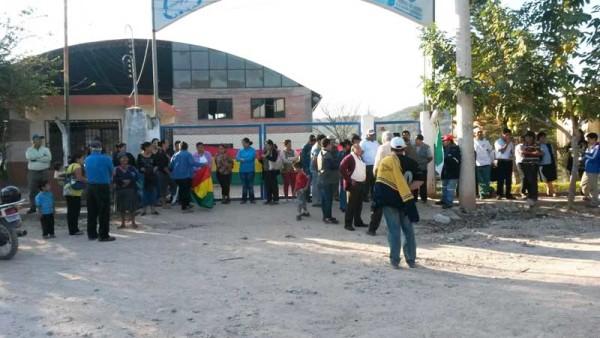 Vecinos del barrio Fray Quebracho bloqueando el ingreso a las oficinas de Emapyc. (Foto: elchacoinforma.com)