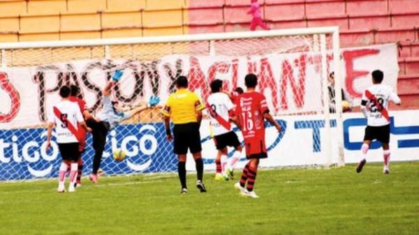 Vibrante partido jugado en la Villa Imperial. (Foto: Late.com.bo)
