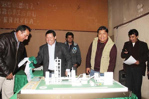 Autoridades y dirigentes junto a la maqueta de la fábrica de cemento. (Foto: El Chaqueño)