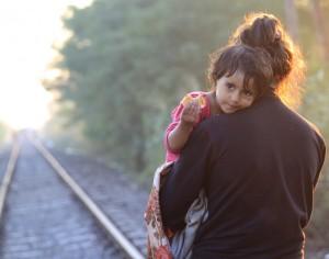 Una madre lleva a su niño. (Foto: Reuters)