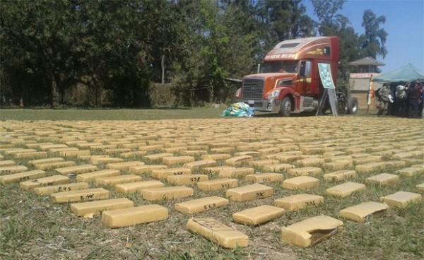 El Camión y la droga incautada en el operativo. (Foto: Erbol)
