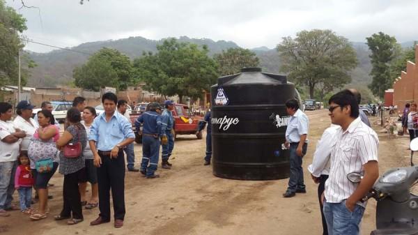 Entrega de tinacos para barrios de la zona norte de Yacuiba. (Foto: Agencias)