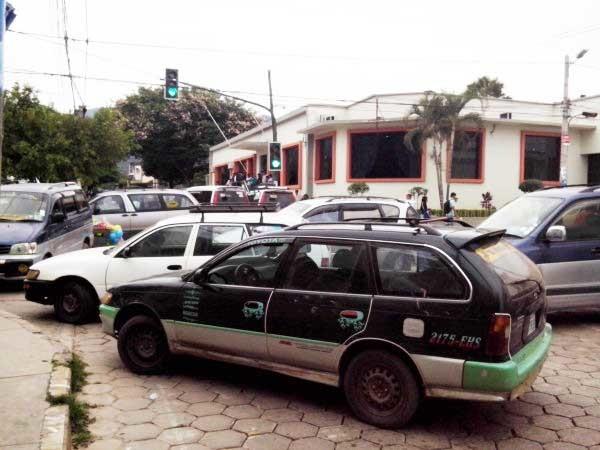 ARCHIVO: Imagen de uno de los tantos bloqueos a causa de los conflictos entre transportistas. (Foto: elchacoinforma.com)