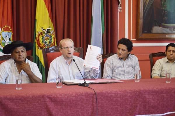 Adrián Oliva promulga Reglamento de la Ley LOED. (Foto: Agencias)