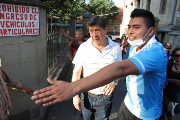 Eduardo Cortez abandonaba el edificio del rectorado. (Foto: El País)