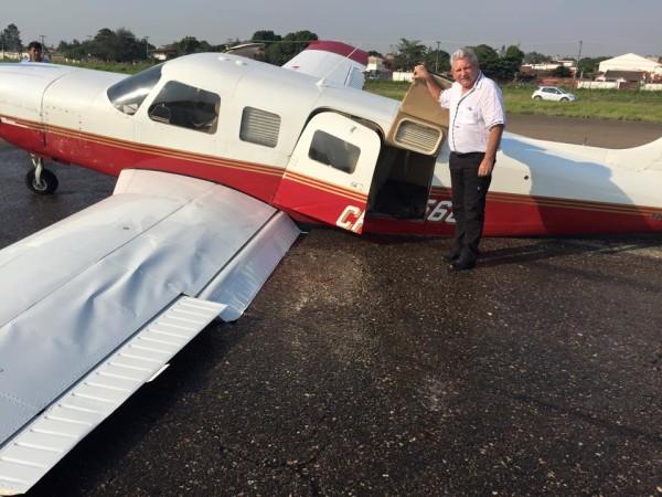 El Gobernador Rubén Costas junto a la avioneta. (Foto: Facebook Vladimir Peña)
