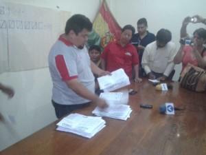 El Presidente del Comité Electoral realiza el conteo de votos. (Foto: elchacoinforma.com)