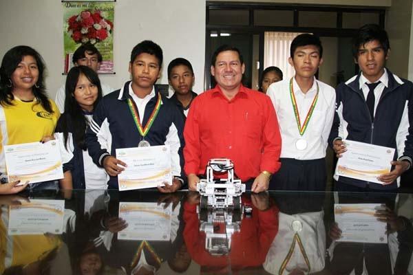 El alcalde junto a los alumnos que fueron galardonados. (Foto: Agencias)
