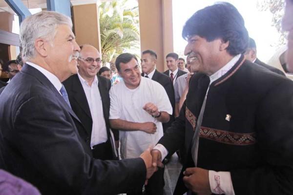 El ministro de Planificación de Argentina, Julio de Vido y el presidente Morales. (Foto: ABI)