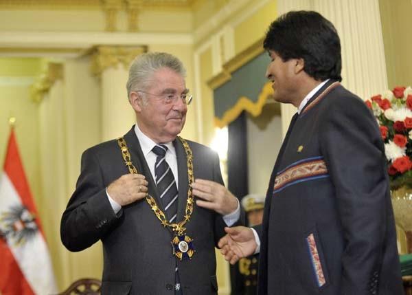 El presidente Morales entrega el reconocimiento al presidente de Austria. (Foto: ABI)
